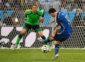 Argentina's forward Lionel Messi (R)